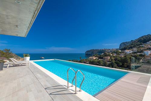 Zwembad minimalisme overspoelt Spanje