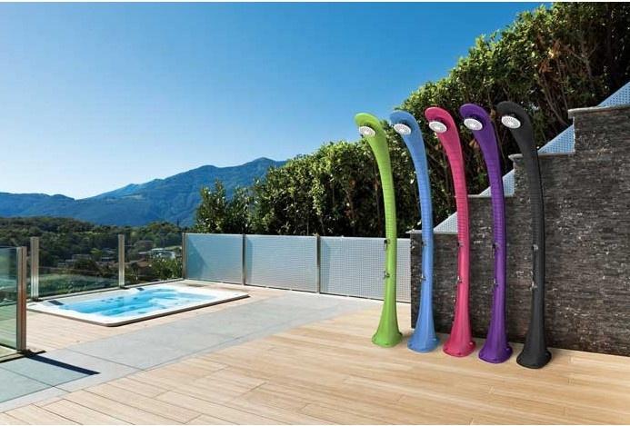 De zonne-energie zwembad douches
