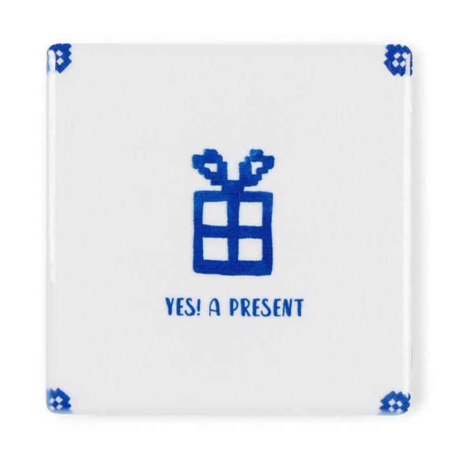 Yes! A present - Kaart met tegel