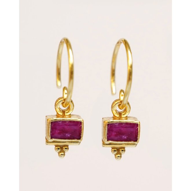 Muja Juma - oorbellen - hanging ruby square with plain bar and dots gold