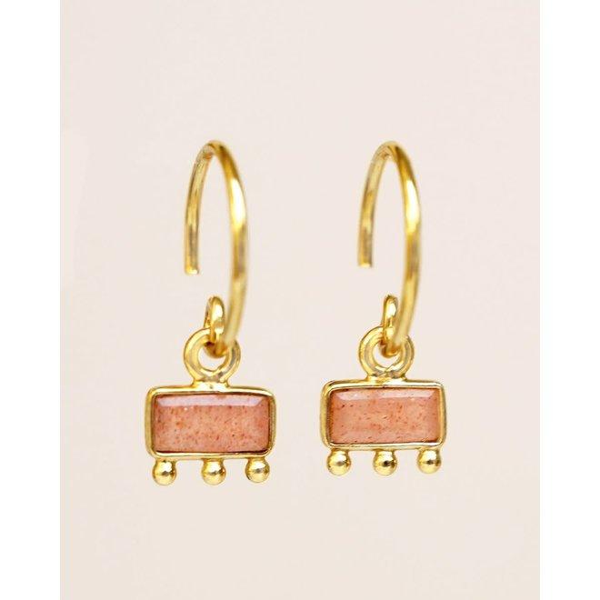Muja Juma - oorbellen - hanging peach moonstone bar with three dots gold