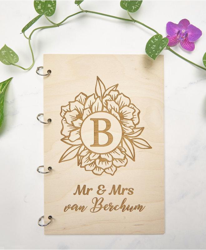 Houten Gastenboek Bruiloft - Mr & Mrs met bloem en achternaam