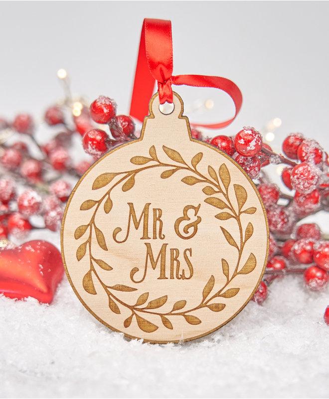 Houten Kerstbal - Mr & Mrs in krans
