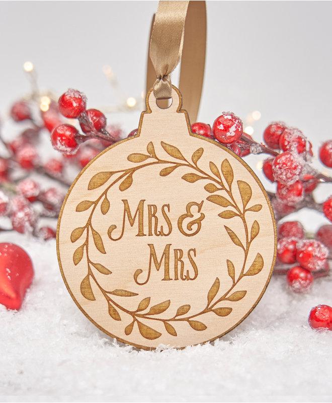 Houten Kerstbal - Mrs & Mrs in krans