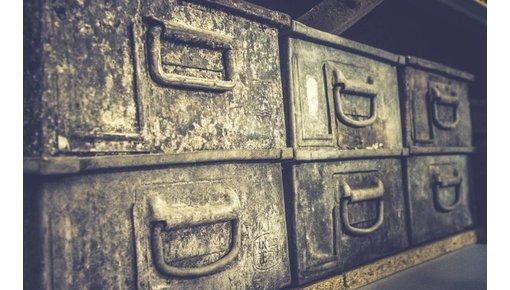Oude koffers, kisten en manden