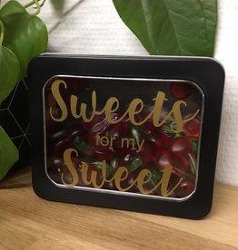 Gepersonaliseerde blikken doos met venster zwart gevuld met snoepgoed assortiment