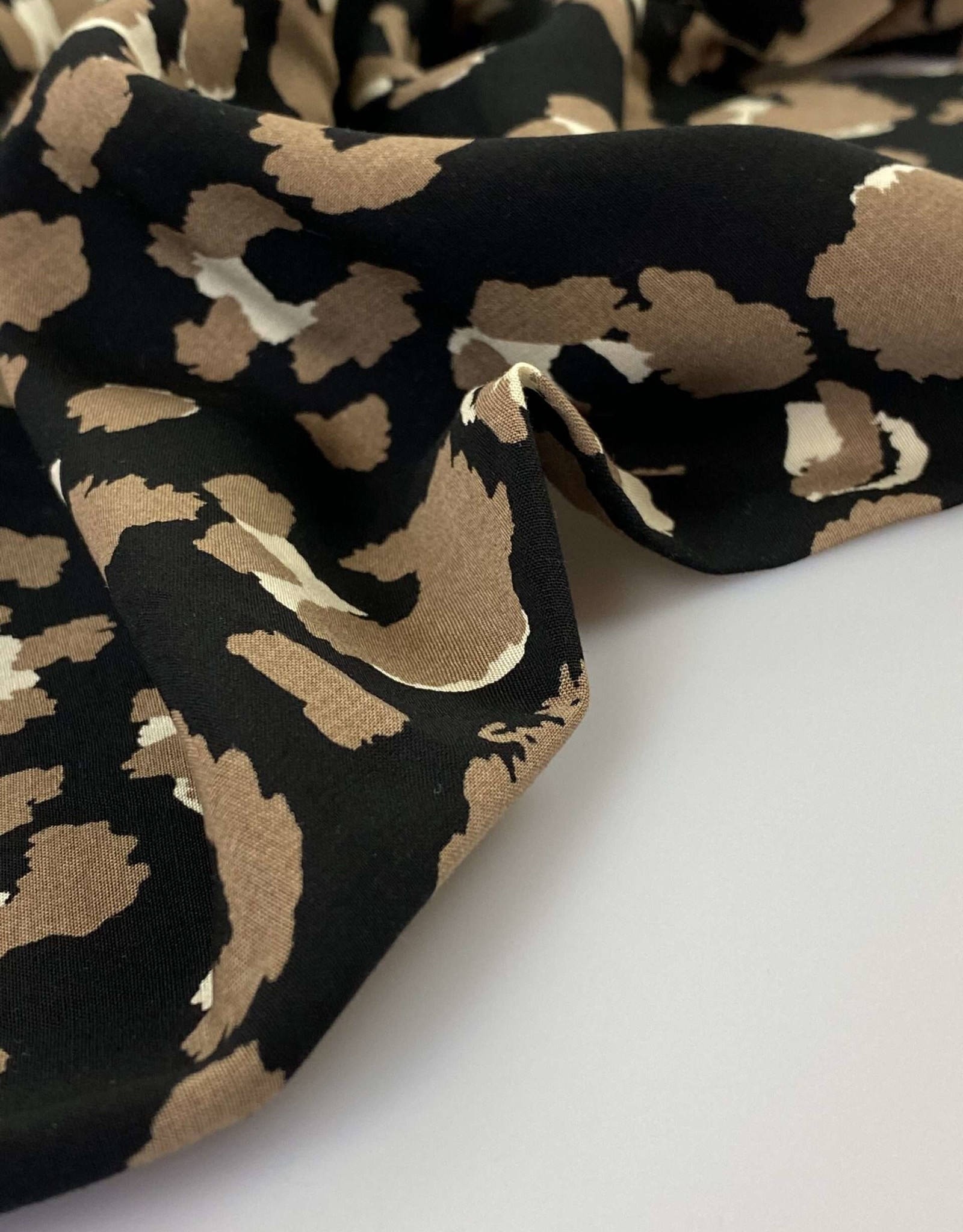 Viscose bedrukt zwart met dierenprint leopard
