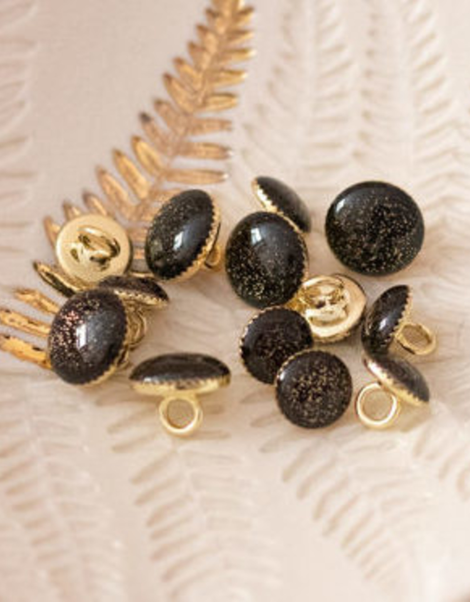 Lise Tailor Sierknoopje zwart glitter goud in gouden capsule 11mm