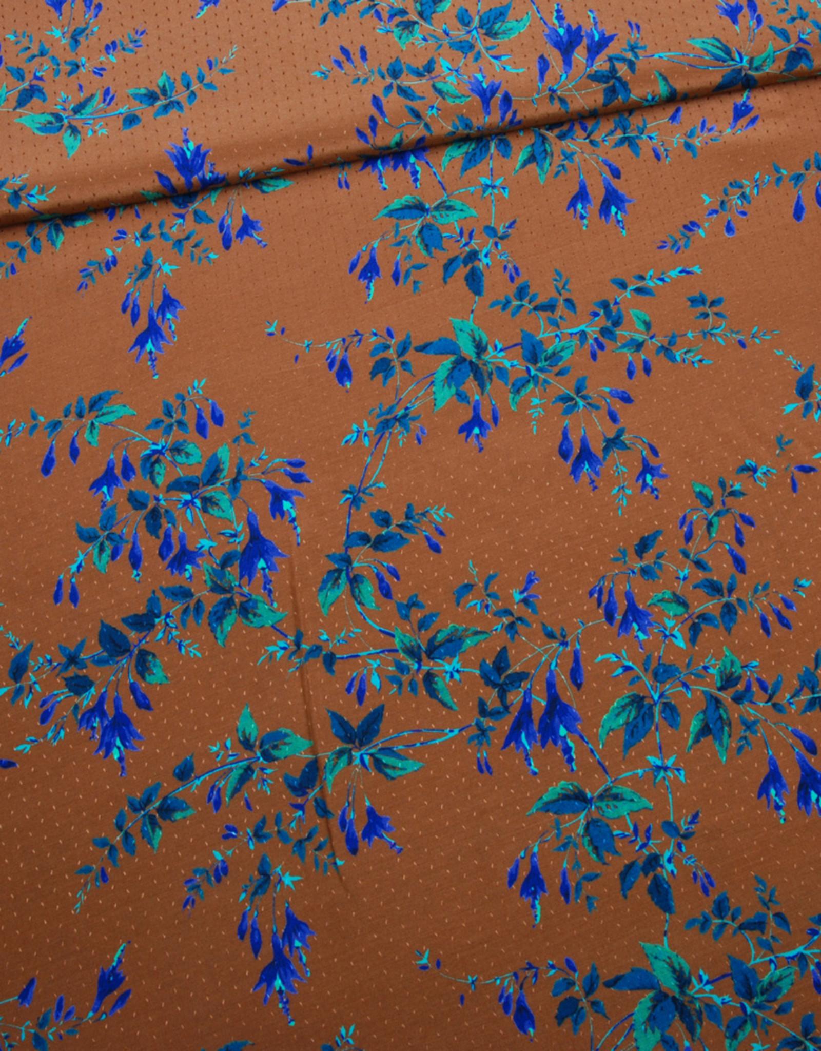Viscose dobby cognacbruin met kobalt bloemen