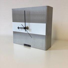 Klokkendiscounter Tischuhr Edelstahl NIKE Design weissen Streifen