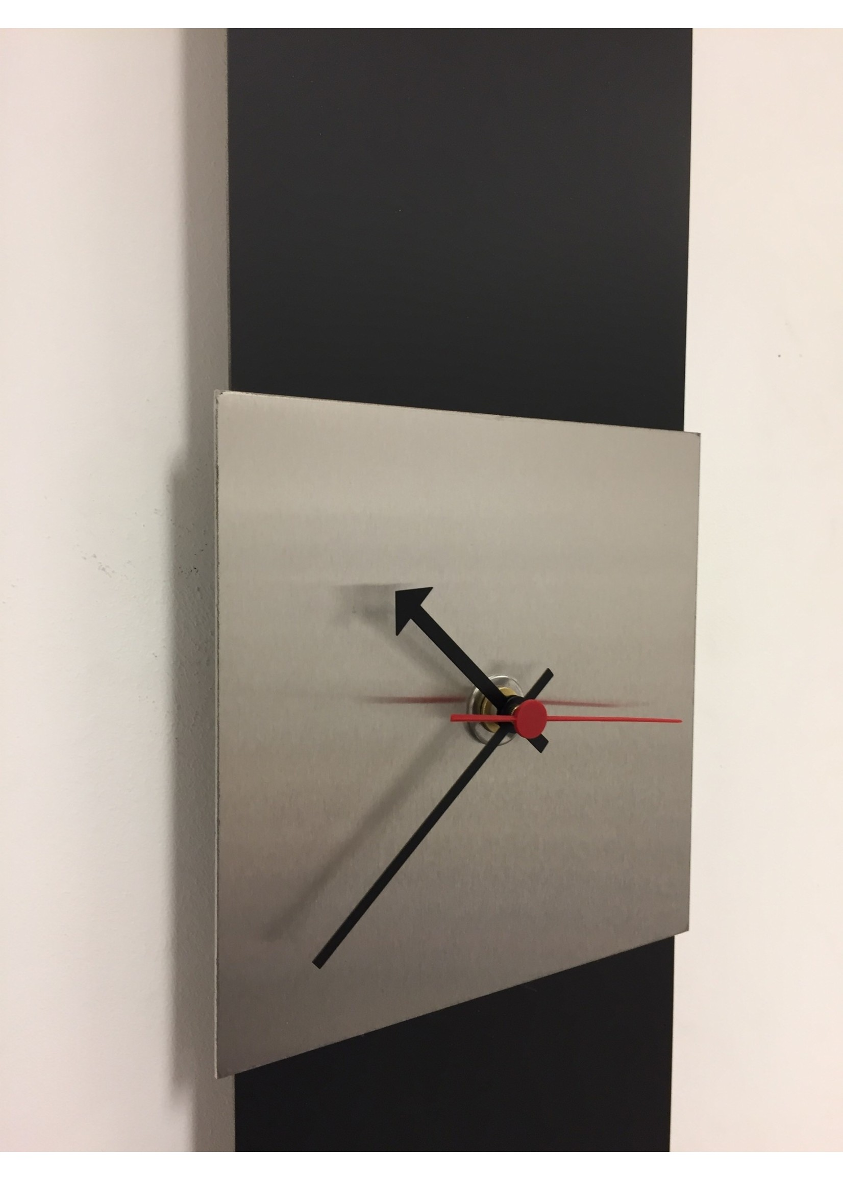 Klokkendiscounter Wandklok Black-Line Silver Square RED Pointer Modern Design RVS