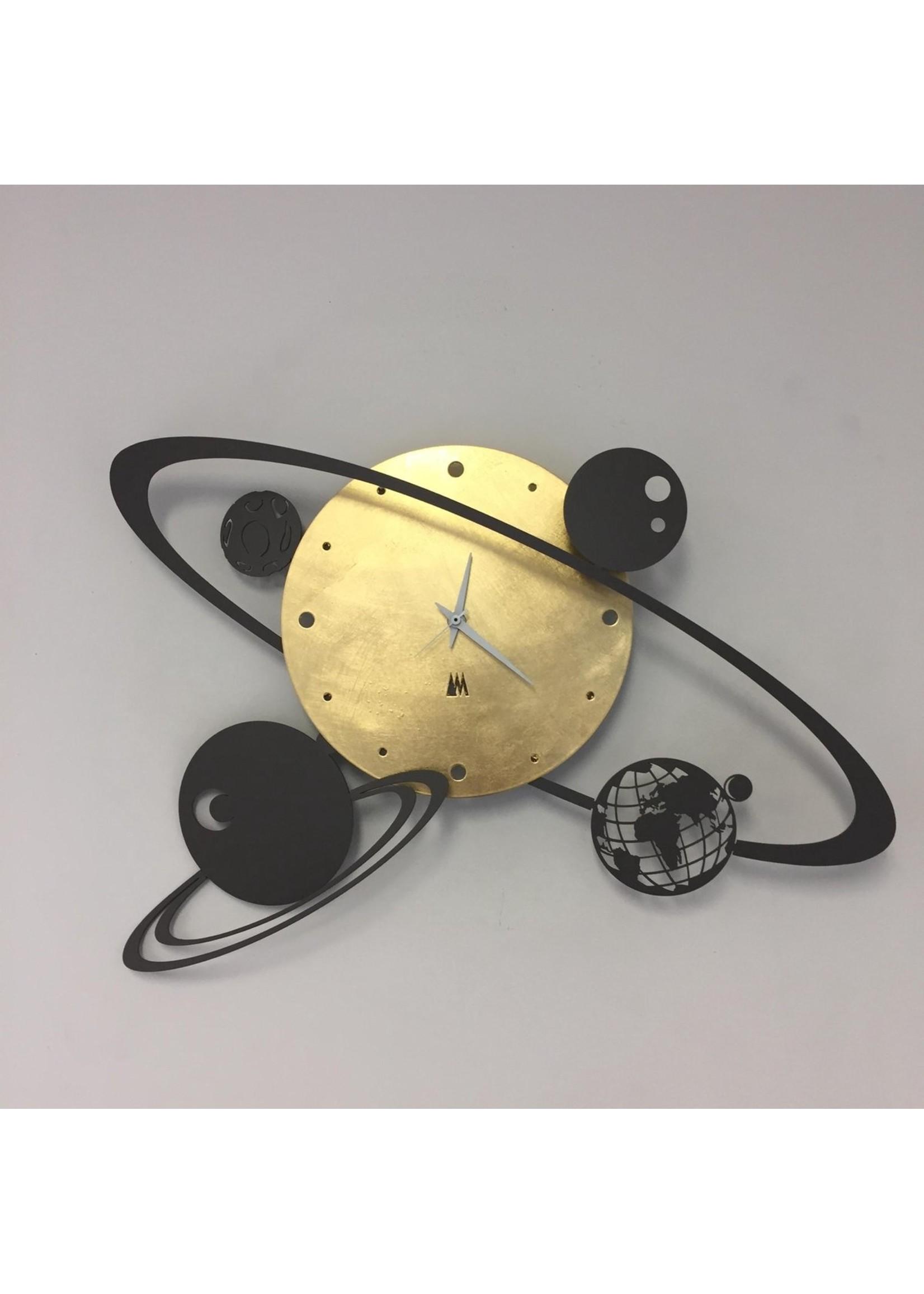 Arti & Mestieri A&M Collectie - Stil uurwerk – Handgemaakt – Metaal – 50 x 36cm - Wandklok MODERN ITALIAN DESIGN ZONNESTELSEL