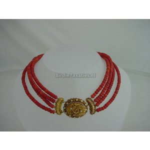 Streeksieraad: vierrijig bloedkoralen collier met gouden filigrainwerk slot
