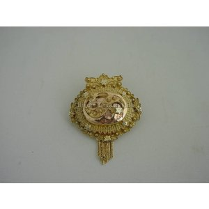 Streeksieraad: gouden filigrainwerk broche