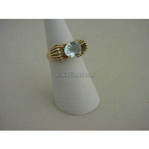 Gouden ring met aquamarijn-kleurige facet geslepen siersteen