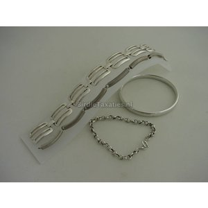 Vier diverse zilveren armbanden, totaal 53 gram