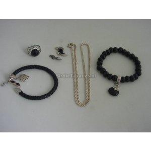 """Twee armbanden """"Thomas Sabo"""", zilveren ring, zilveren collier en twee bedels"""