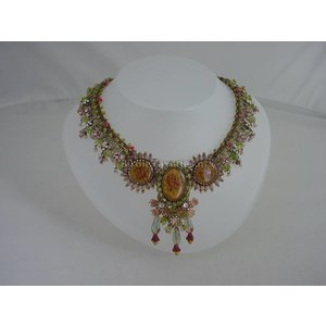 Decoratief handvervaardigd collier van kralen, kant, lint, medaillons etc, gemerkt: Michal Negrin