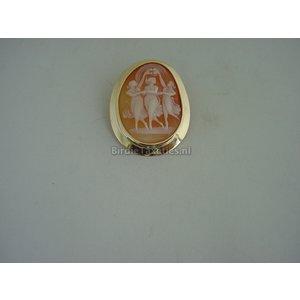 Hanger tevens broche bezet met schelpcamee, de drie gratiën, in gouden rand, 36x28mm.