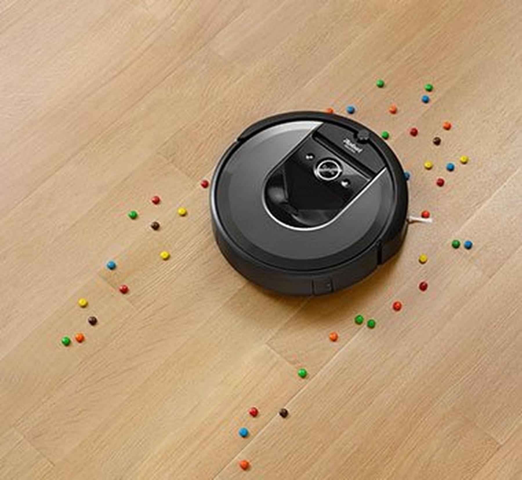 Roomba borstelt en stofzuigt door vuil. Achter de iRobot is de vloer schoon