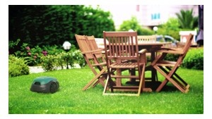 RT_300_U aan het werk langs tuinstoelen en tafel