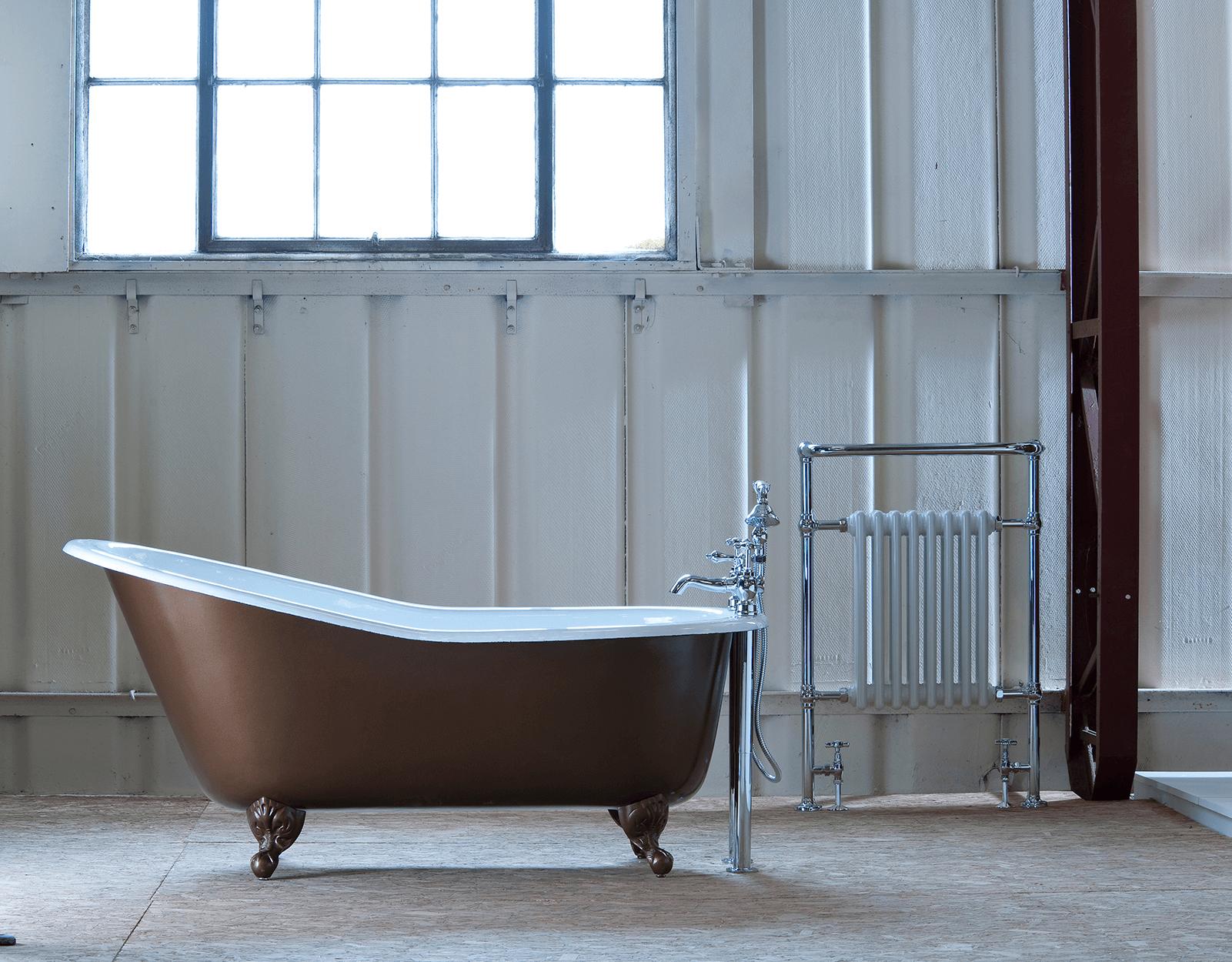 Klassische freistehende Badewanne aus Gusseisen mit Füssen Bordeaux