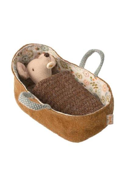 Babymuisje in reiswieg