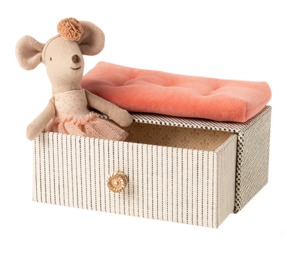 Dancing Mouse in Daybed-1
