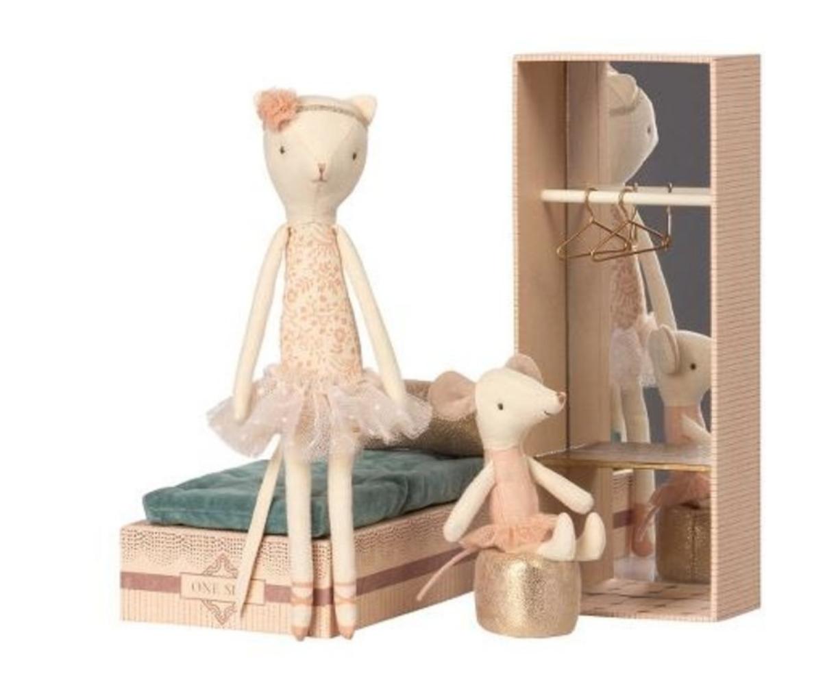Dancing Cat & Mouse in Shoebox-1