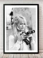 MondiArt Bardot holds camera 70/90