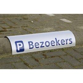 Parkeerbord biggenrug met bedrijfsnaam over betonrand 20 cm