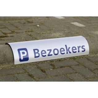 Parkeerbord biggenrug met bedrijfsnaam over betonrand