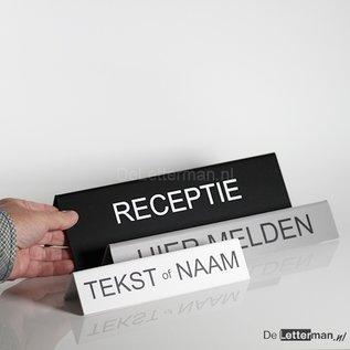 Tekstbordje met uw eigen tekst tafelmodel 5x30 cm.