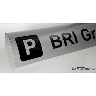 Parkeerbord biggenrug met logo over betonrand