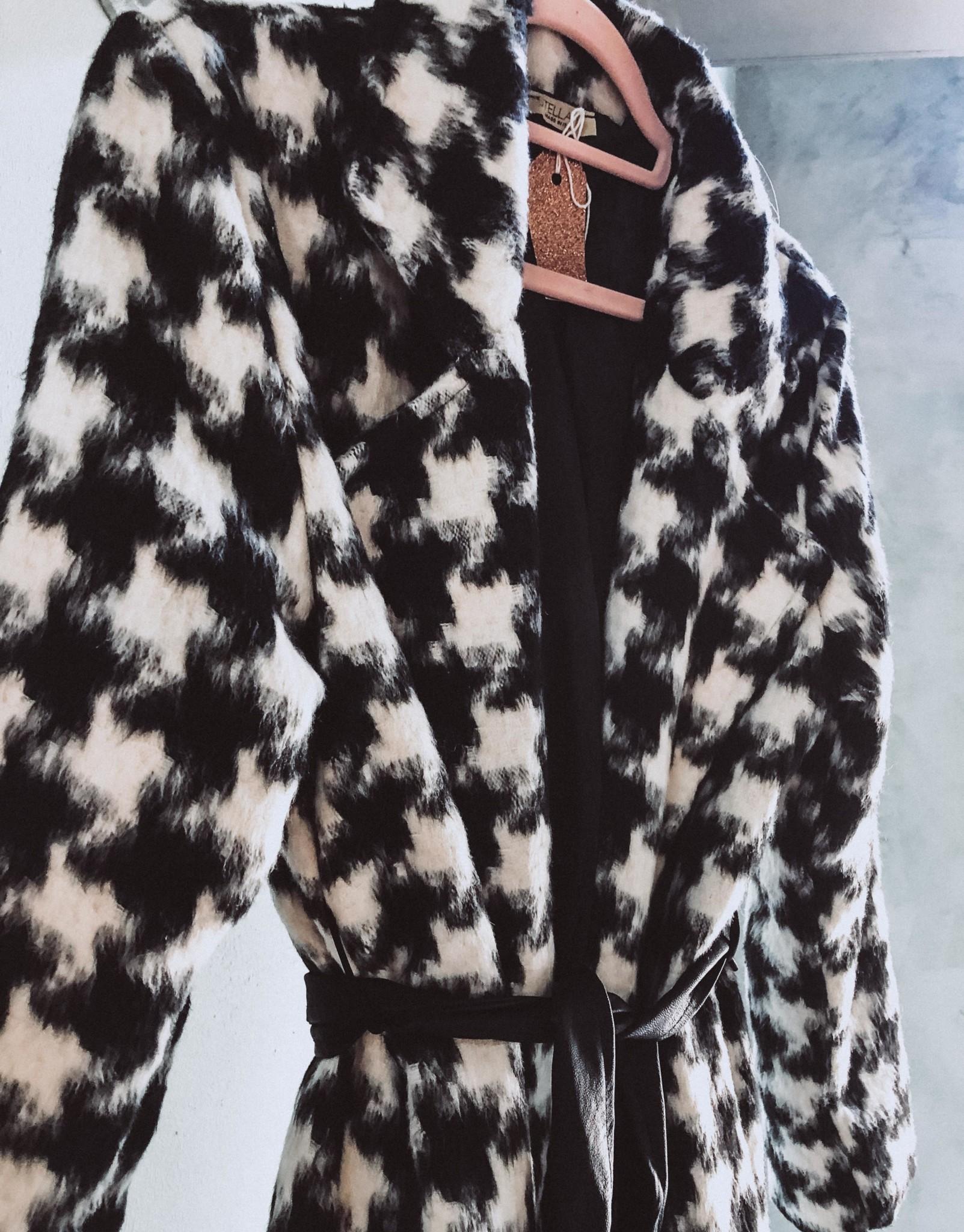 Lange zwart-wit geblokte winterjas met ceintuur, Sofia