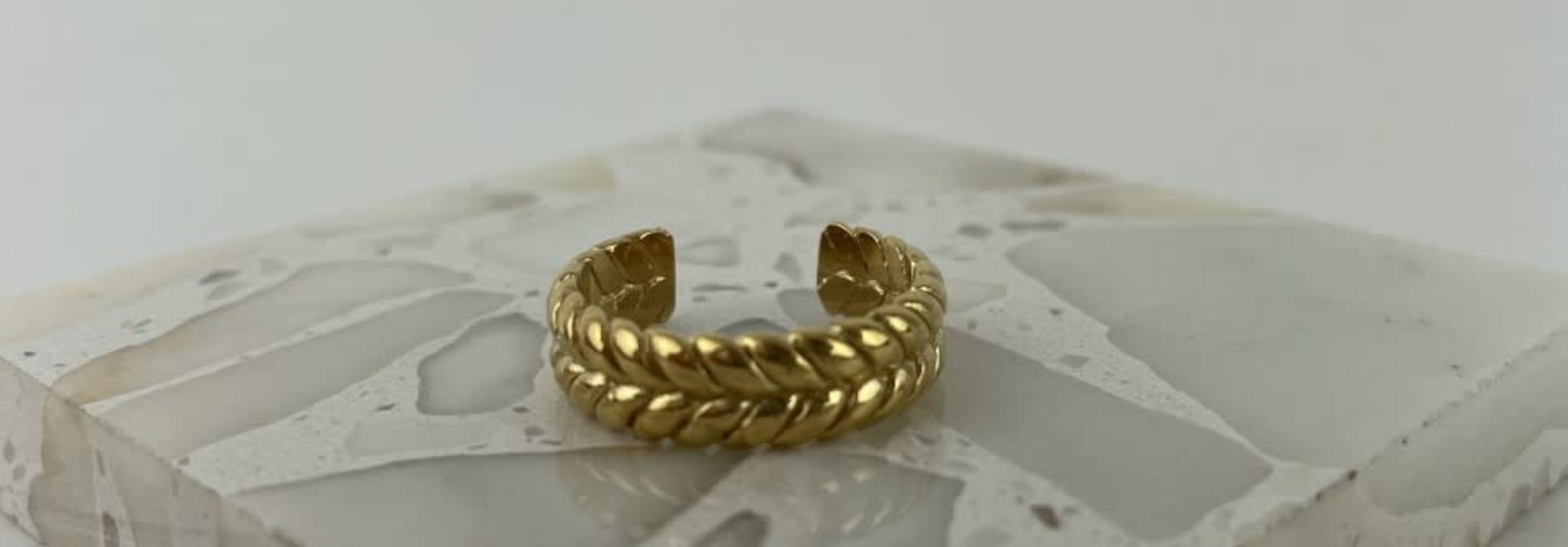 Izelle brained ring gold