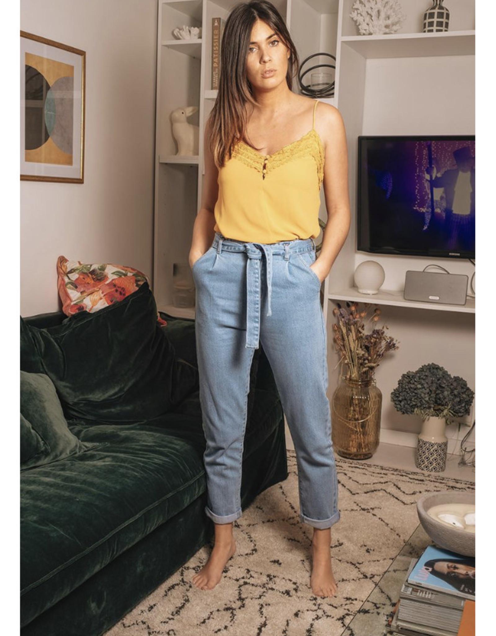 Jeansbroek met riem