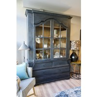 Old farmhouse cabinet met glasdeuren