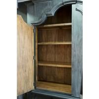 Old farmhouse cabinet met dichte bovenkast