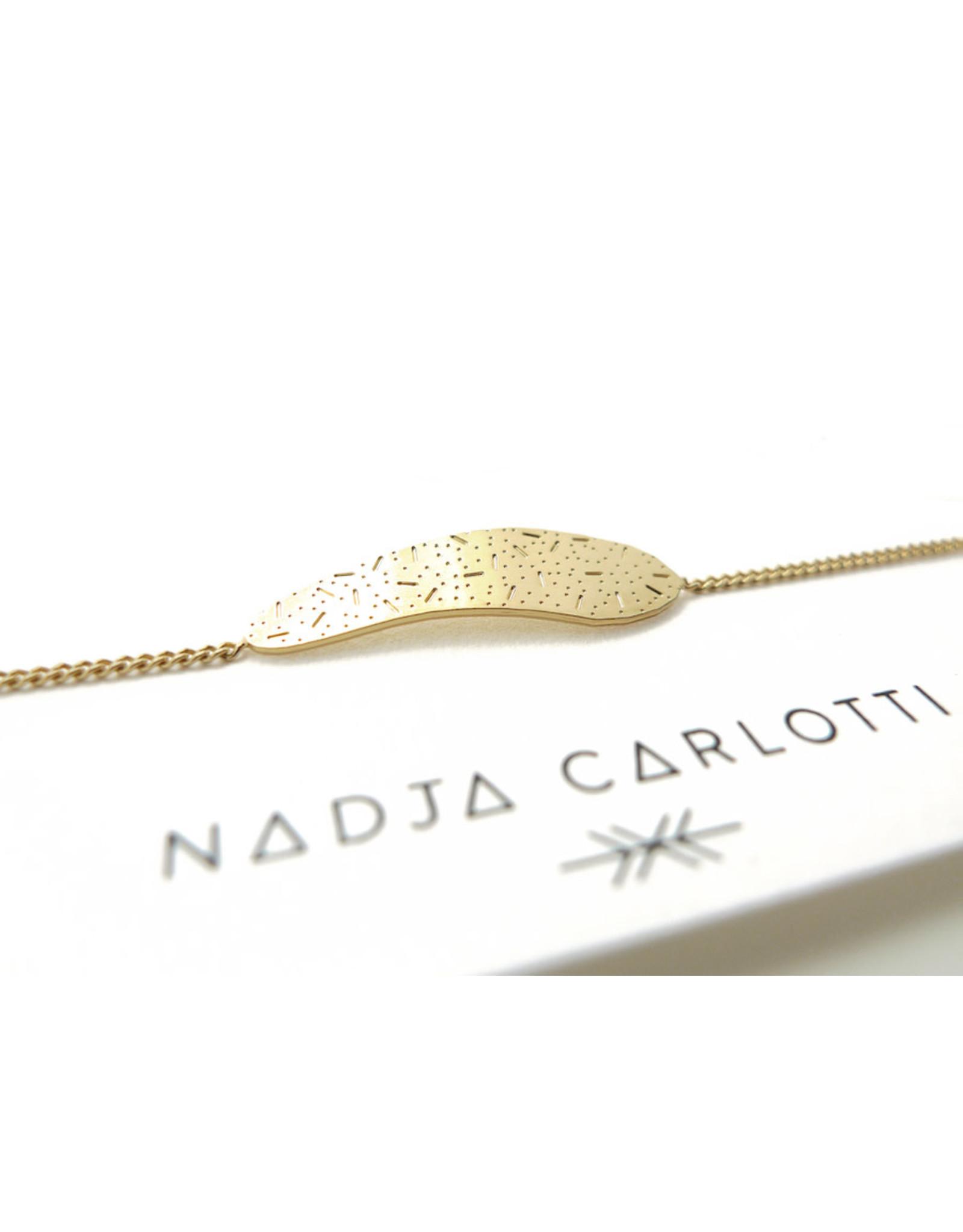 Nadja Carlotti Armband Sédiment  - Messing verguld  - Lengt 16 cm + 2 cm - Patroon B 2,9 x H 0,7 cm