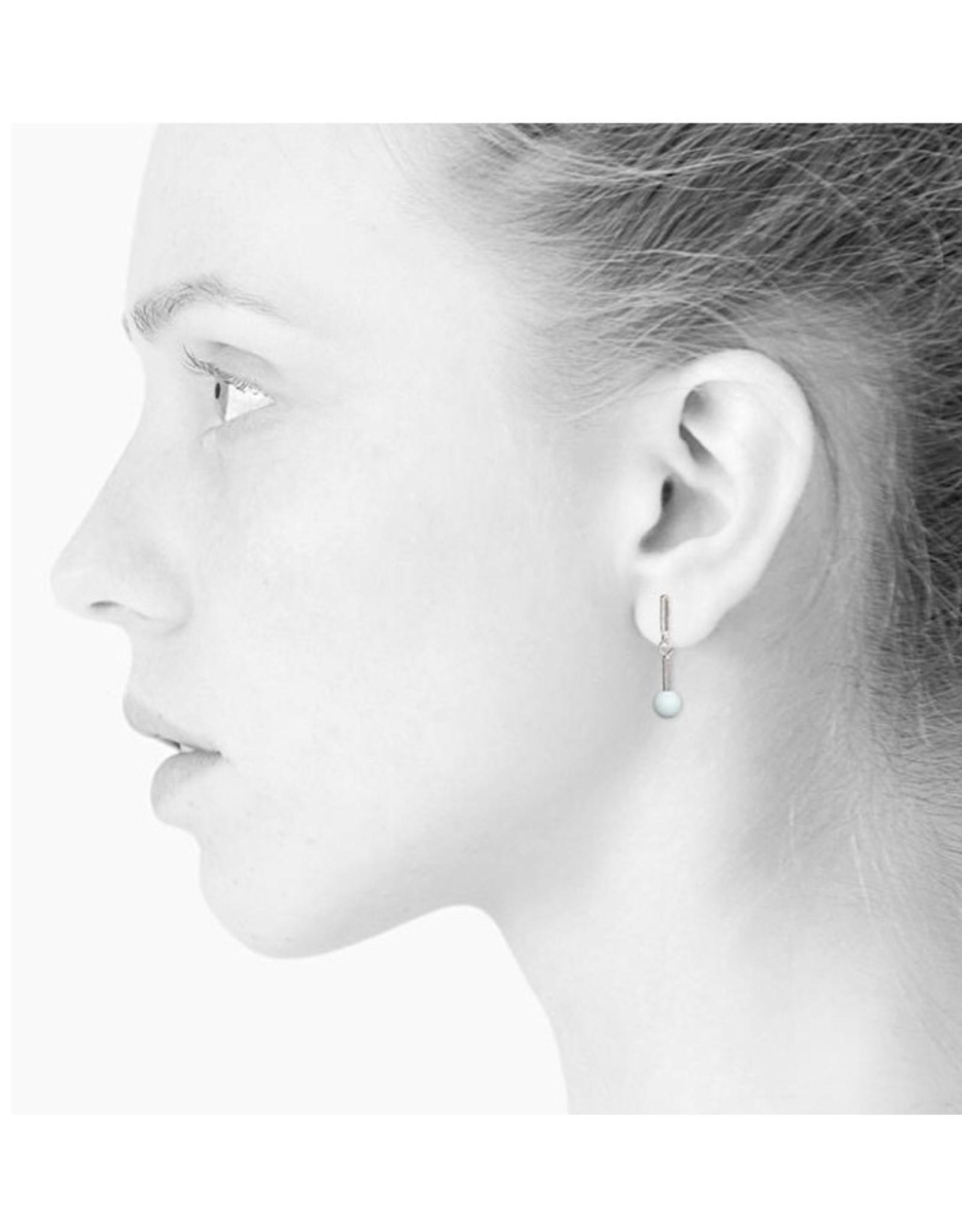 scherning oorbel zilver met lichtblauw bolletje