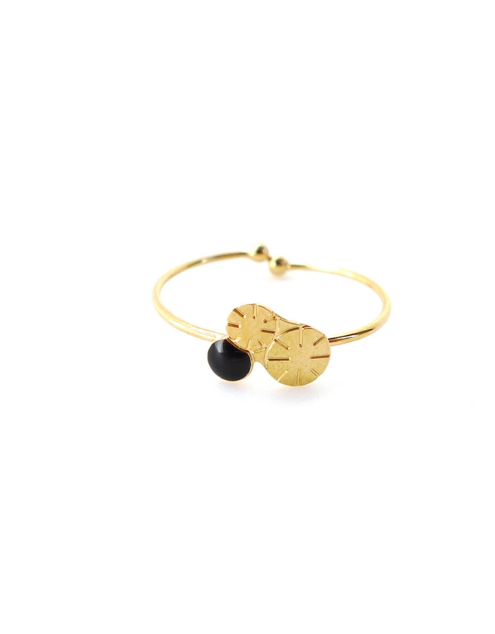 Nadja Carlotti Ring Berry - Zwart - Messing Verguld - Geïnspireerd op een bloem - Verstelbaar - Patroon B 0,9 x H 0,7 cm