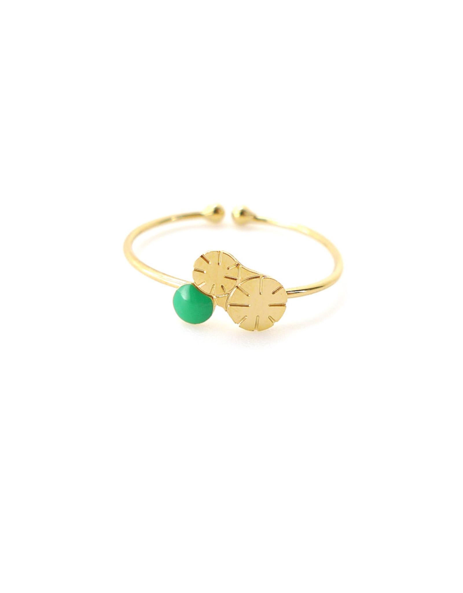 Nadja Carlotti Ring Berry - Groen - Messing Verguld - Geïnspireerd op een bloem - Verstelbaar - Patroon B 0,9 x H 0,7 cm