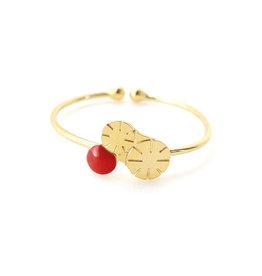 Nadja Carlotti Ring Berry - Rood - Messing Verguld - Geïnspireerd op een bloem - Verstelbaar - Patroon B 0,9 x H 0,7 cm