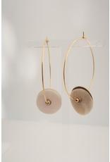 Murielle Perotti oorbel MP 2creolen met schelp beige/goud