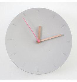 Studio Harm & Elke Klok | Wand | Groot | 17cm | Grijs | Secondewijzer Fluo roos