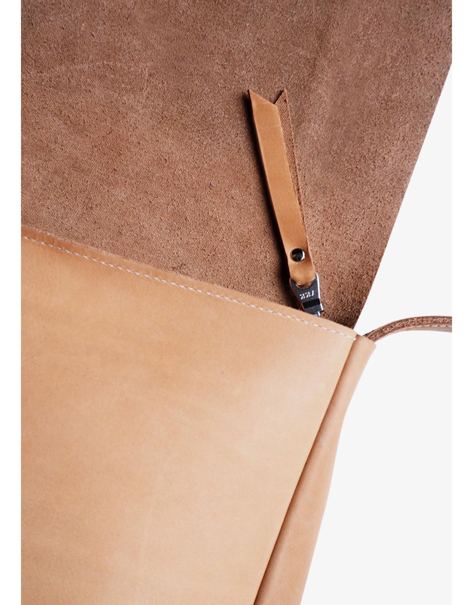 Puc City Trip | M | Cognac | 2 vakken / telefoonvak / verstelbare band sluiting: rits materiaal: rundleer // formaat: 28 x 21 x 8 cm