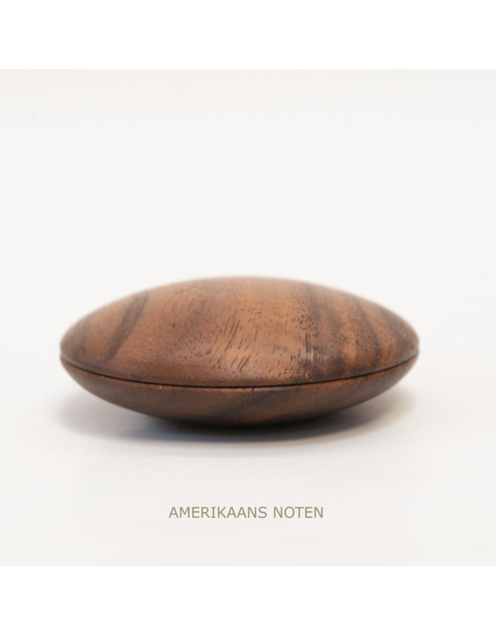 Suzan Doornbos Troosthout | Amerikaans Notenhout | 6 x 6 x 3 cm