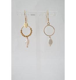 Murielle Perotti oorbel MP minicreolen asym opal parelmoer/goud
