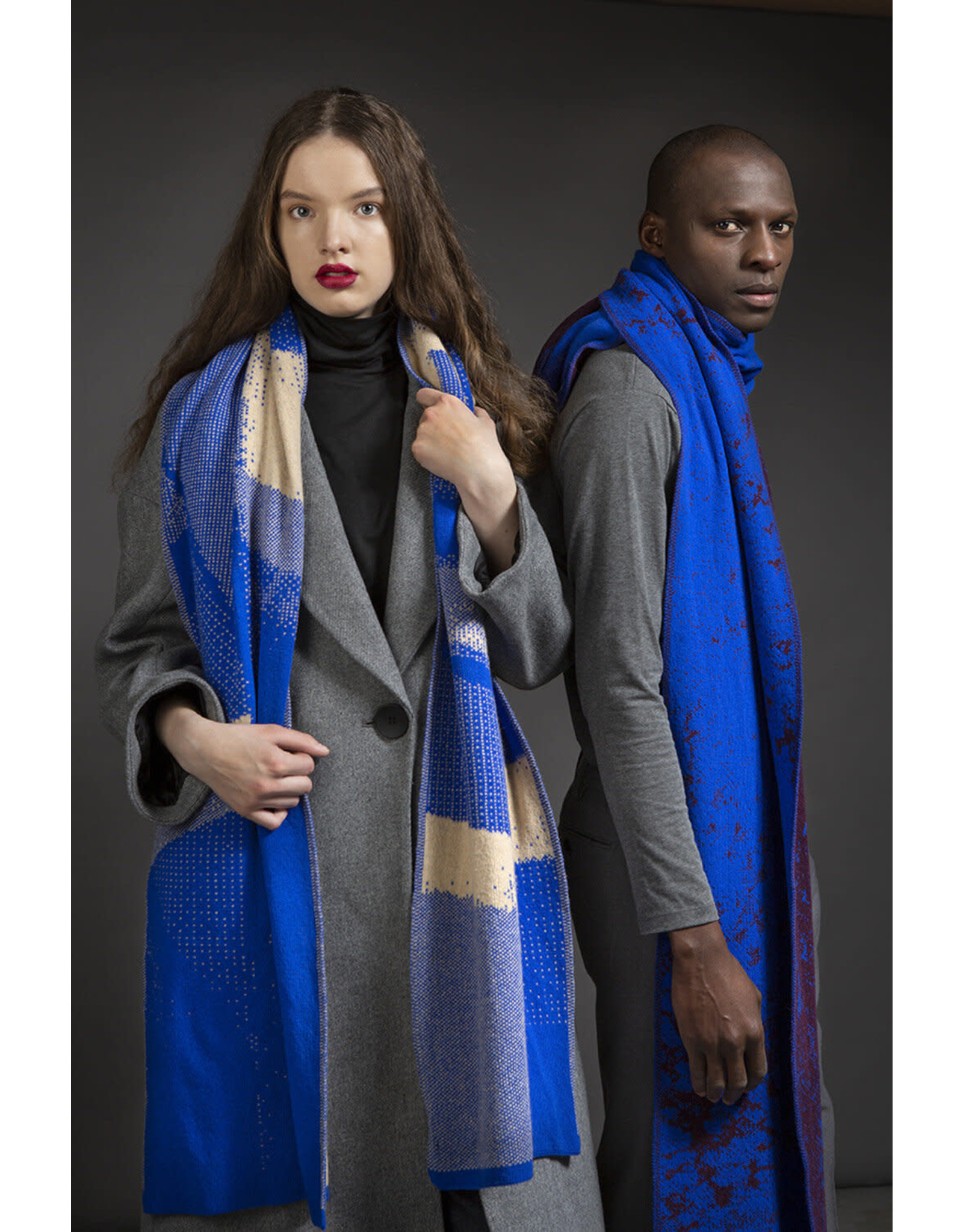 Wolvis Wolvis - 23rd of September 1987 - Nude and Electric Blue - 220cm x 40 - 100% Merino Wool - 100% made in Belgium